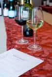 Ein Paar Weingläser durch ein Blings-Probieren-Blatt Lizenzfreie Stockbilder