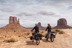 Ein Paar, welches die Ansicht des Monument-Tales genießt Stockfotografie