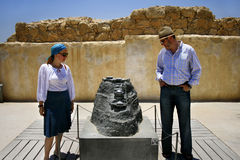 Touristen, welche die Masada Festung Israel besichtigen Stockbilder
