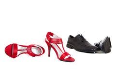 Ein Paar Women und Kleid-Schuhe der Männer Stockfotografie