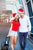 Ein Paare tragendes santa& x27; s-Hüte stockbilder