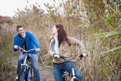 Ein Paarradfahren lizenzfreies stockfoto