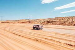 Ein Packwagenabenteuer in der Wüste mit einer Gruppe von Personen Stockbild