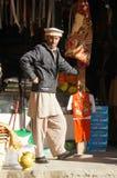 Ein pakistanischer Mann, der traditionelle Kleidung, Pakistan trägt Stockbild