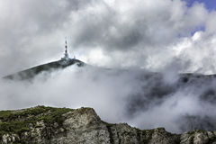 Ein Panorama von Bucegi-Bergen, Rumänien, mit Blick auf die Fernsehantenne auf eine Spitze Stockfotografie