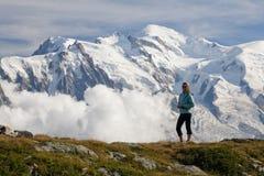 Ein Panoramablick auf Chamonix-Tal an vom sonnigen Tag des Sommers Der Bereich ist das Stadium popul?ren Mont Blanc Tours, Frankr lizenzfreie stockfotos