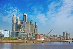 Ein Panoramablick der Stadt von Buenos Aires nahe Puente de la Mujer Spanish für 'die Brücke der Frau 'während eines Sommertages stockfotografie
