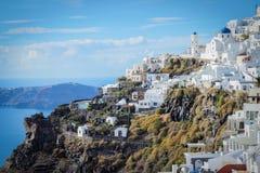 Ein Panoramablick der weißen Stadt mit blauen Dächern stockbilder