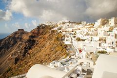 Ein Panoramablick der weißen Stadt mit blauen Dächern vor dem hintergrund der ägäischen meeres- romantischen Insel Santorini lizenzfreies stockfoto