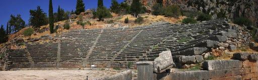 Ein Panoramablick des alten Theaters in der berühmten archäologischen Fundstätte von Delphi in Griechenland Lizenzfreies Stockfoto