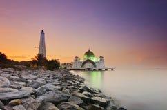 Ein Panoramablick des Schwimmens der allgemeinen Moschee während des ehrfürchtigen Sonnenuntergangs Lizenzfreie Stockfotografie