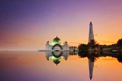 Ein Panoramablick des Schwimmens der allgemeinen Moschee während des ehrfürchtigen Sonnenuntergangs Lizenzfreie Stockfotos