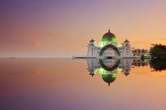 Ein Panoramablick des Schwimmens der allgemeinen Moschee während des ehrfürchtigen Sonnenuntergangs Lizenzfreie Stockbilder