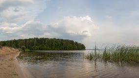 Ein Panoramablick des Sees nach einem Sommersturm stockbilder
