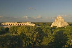 Ein Panoramablick von links nach rechts: Nonnenkloster-Viereck und die Pyramide des Magiers, Mayaruine von Uxmal bei Sonnenunterg stockfoto