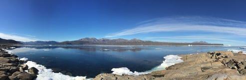Ein Panoramablick von Qikiqtarjuaq, eine Inuitgemeinschaft in der hohen kanadischen Arktis gelegen auf Broughton-Insel Lizenzfreies Stockbild