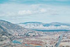 Ein Panoramablick zu den kaukasischen Bergen bedeckt mit dem Schnee, a Stockbild