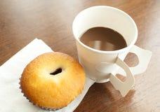 Ein PapierTasse Kaffee und eine Bäckerei Stockbild