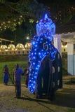 Ein Paradeelefant ist Führung in Richtung zu seiner Position am Anfang des Esala Perahera (Prozession) in Kandy in Sri Lanka stockfoto