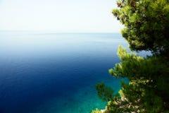 Ein Paradiesstrandwasser gesehen von oben, grüne Vegetation. Lizenzfreies Stockfoto