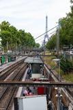 Ein Paris-Metrobahnhof im Freien mit Blick auf den Eiffelturm Stockbilder