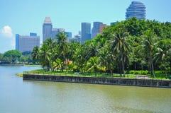 Ein Park durch den Fluss in der Stadt Stockbild