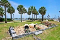Ein Park mit Blick auf den Matanzas-Fluss und die Brücke von Löwen in historischem St Augustine, Florida USA Stockfotografie