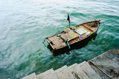 Ein Parken des kleinen Bootes an einem konkreten Dock Stockfoto