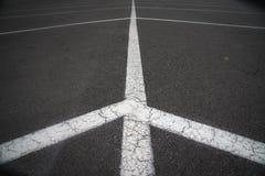 Ein Parkplatz, der von einem anderen Winkel schaut lizenzfreies stockbild