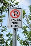 Ein Parkverbot, winziges Zeichen der Ladezone fünf lizenzfreie stockfotografie