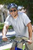 Ein Pass-Sitz und ein gesunder Afroamerikaner bemannen Reitfahrrad Lizenzfreies Stockfoto