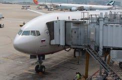Ein Passagierflugzeug Boeing 777-300ER (genannt M.Kutuzov) von russischen Fluglinien Aeroflots im Flughafen Chek Lap Kok, Hong Kon Stockfotografie