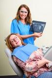Ein Patient, der und Behandlung in einem zahnmedizinischen Studio teilgenommen erhält Stockbild