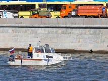 Ein Patrouillenboot auf dem Moskau-Fluss Lizenzfreie Stockfotos