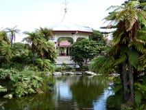 Ein pavillion in einer tropischen Einstellung im Park mit See in der Front, Neuseeland lizenzfreies stockbild