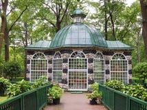 Ein pavillion für das Halten exotisch und Gesangvögel in Peterhof in St Petersburg, Russland lizenzfreies stockbild