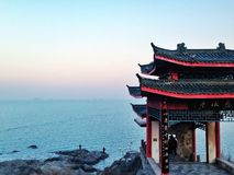 Ein Pavillon in Meer in Yantai China Stockfotos