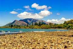 Ein Pebble Beach im Neukaledonien lizenzfreies stockfoto