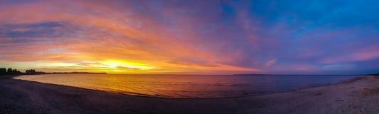 Ein perfekter Sonnenaufgang an einem leeren Strand stockbilder