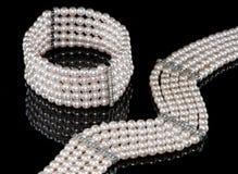 Ein Perlenarmband und eine Halskette Stockfoto