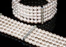 Ein Perlenarmband und eine Halskette (Nahaufnahme) Lizenzfreies Stockbild
