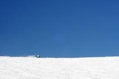 Ein Personenskifahren in den beträchtlichen Steigungen von europäischen Alpen. Lizenzfreie Stockfotografie