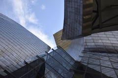 Ein Perspektivenabschnitt des Guggenheim stehen heraus den Himmel Bilbao, Spanien Stockbilder