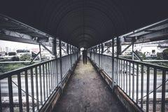 Ein Perspektivenschuß einer Person, die an gekennzeichnetem Fußgängerübergang geht Lizenzfreies Stockbild