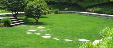 Ein Pfad über Rasen Stockfotografie