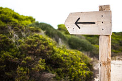 Ein Pfeil zeigt den Weg an Stockbild