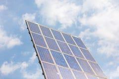 Ein Pfosten mit den Sonnenkollektoren, zum des Stroms zu machen Stockfotografie