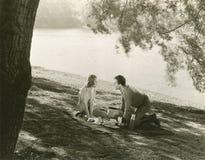 Ein Picknick durch den See Lizenzfreies Stockfoto