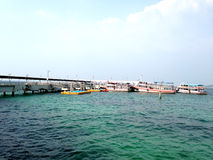 Ein Pier über dem Meer Stockbilder