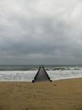 Ein Pier in einem französischer Riviera-Strand Lizenzfreies Stockfoto